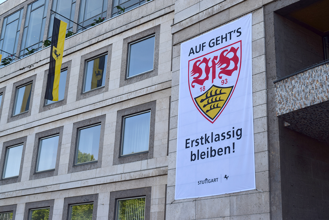 Mit einem großen Banner am Stuttgarter Rathaus wünscht die Stadtverwaltung dem VfB viel Erfolg für die Relegation gegen Union Berlin. Foto: STUGGI.TV