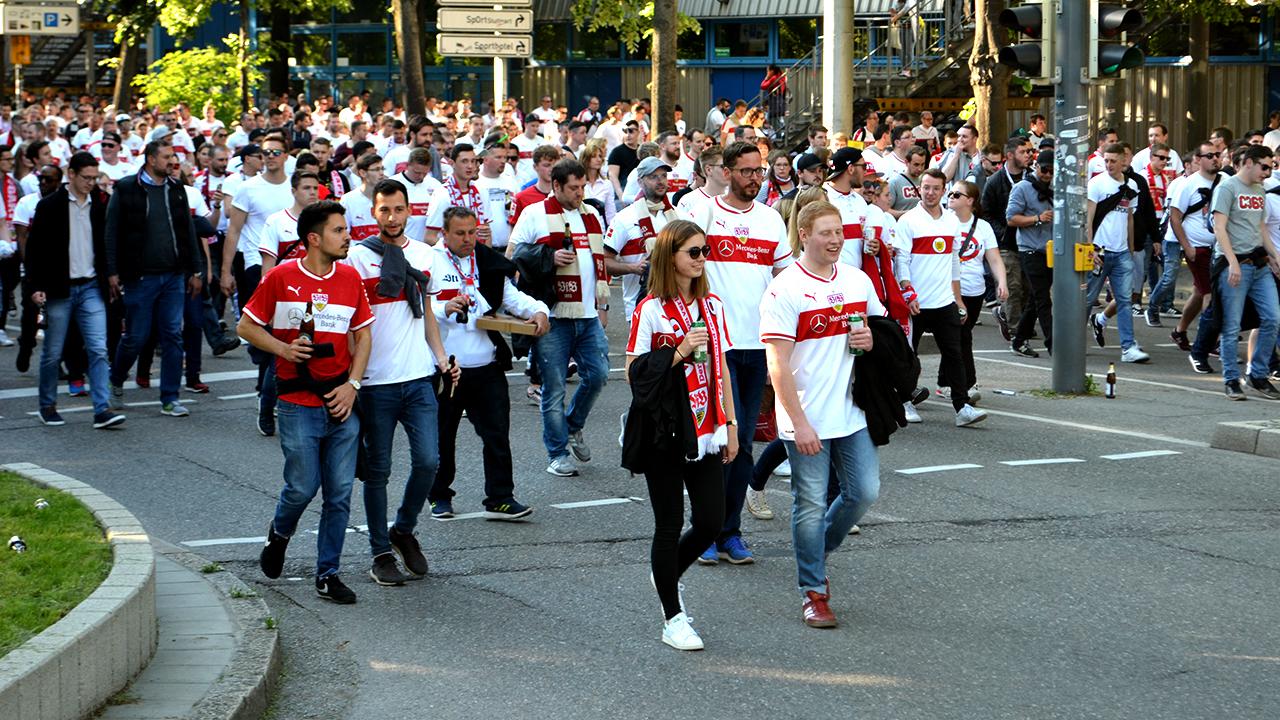 Die VfB-Fans auf dem Weg in die Mercedes-Benz-Arena. Die Stimmung ist zwar etwas angespannt, aber bisher friedlich.