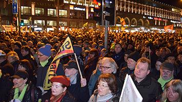 4000 Teilnehmer an der 400. Montagsdemonstration gegen das Bahnprojekt Stuttgart 21. (Foto: STUGGI.TV)