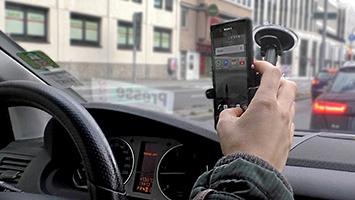 An der Ampel Whatsapp checken: Was darf ich beim Autofahren? Foto: Goes/STUGGI.TV