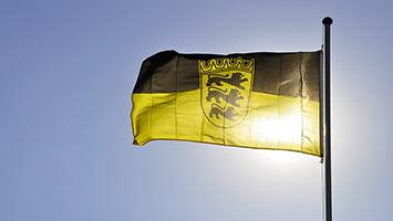 Die Flagge von Baden-Württemberg im Sonnenlicht. Foto: Georg Schierling / pixelio.de