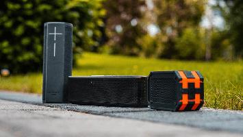 Unser STUGGI.TV Tech-Checker hat für euch die besten Bluetooth-Boxen für den Sommer getestet. (Foto: STUGGI.TV/Schmucker)