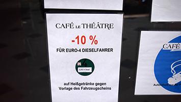 Verrückte Aktion im Cafe Le Theatre in der Gloria-Passage in Stuttgart: Diesel-Fahrer bekommen einen Rabatt bei Heissgetränken (Foto: STUGGI.TV)