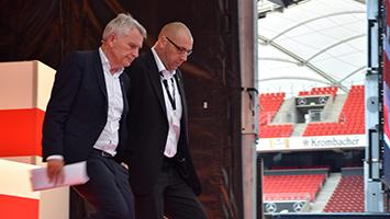 Wolfgang Dietrich verlässt die abgebrochene Mitgliederversammlung des VfB Stuttgart (Foto: STUGGI.TV)