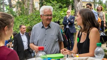 """Beim gemeinsamen Picknick in der Villa Reitzenstein konnten Jugendliche von """"Fridays For Future"""" WInfried Kretschmann ihre Ideen schildern. (Foto: STUGGI.TV)"""