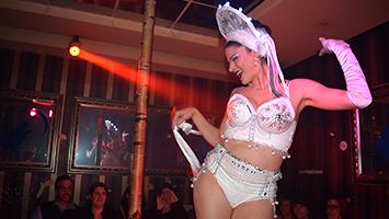 """Das """"Feiern der Weiblichkeit"""": Burlesquetänzerin Fanny di Favola. Foto: Dietze/STUGGI.TV"""