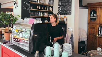 Eine der jüngsten Café-Besitzerinnen Roya Fitz vom Café Silberknie im Interview. (Foto: STUGGI.TV)