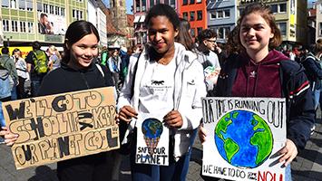 """Auch am heutigen Freitag haben zahlreiche Schüler an der """"Fridays For Future""""-Demo in Stuttgart teilgenommen. (Foto: STUGGI.TV)"""