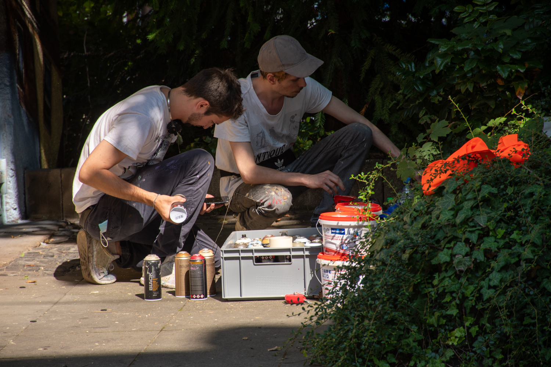 """Die Graffiti-Künstler """"Jack Lack"""" und sein Assistent bereiten sich vor."""