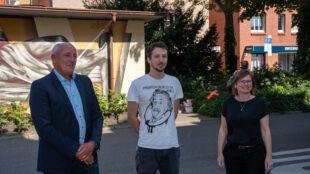 """Es freuen sich über die Zusammenarbeit: Der technische Geschäftsführer der """"Stuttgart Netze"""" Harald Hauser, der Künstler Roman De Laporte alias """"Jack Lack"""" und Charlotta Eskilsson, Bezirksvorsteherin von Stuttgart-Ost (FDP)."""
