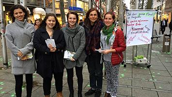 Überall grüne Punkte: Schülerinnen sorgen für Verwirrung auf der Königstraße Foto: Goes/STUGGI.TV