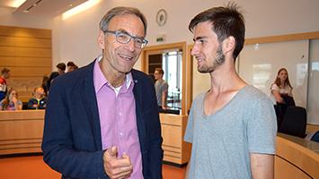 Der Jugendrat Stuttgart diskutiert die Sicherheitslage der Stadt. Hier im Bild: Sprecher Semir Duman und Bürgermeister Werner Wölfle (Grüne). (Foto: STUGGI.TV)