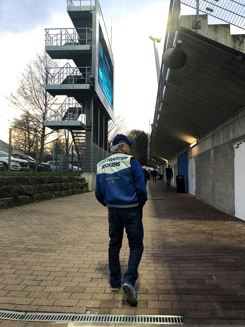 Ein einsamer Fan der Stuttgarter Kickers im Gazi-Stadion auf der Waldau. (Foto: STUGGI.TV/David Rau)