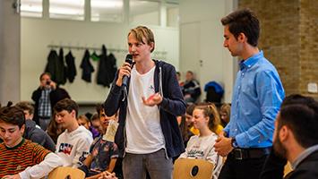 Kommunalwahl anstatt Mathe: Schüler diskutieren im Solitude-Gymnasium in Stuttgart-Weilimdorf mit Politikern über junge Themen (Foto: STUGGI.TV)