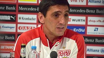 VfB-Trainer Tayfun Korkut äußert sich bei der Pressekonferenz vor dem Heimspiel gegen Düsseldorf. (Foto: STUGGI.TV)