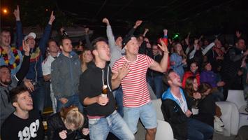 Fans feiern deutschen Sieg gegen Italien beim Public Viewing auf der Kulturinsel. (Fotoquelle: STUGGI.TV)