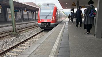 Leuchtende Bahnsteigkante in Bad Cannstatt sorgt für Irritationen (Foto: STUGGI.TV)