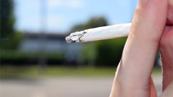 Raucherzone an einer Schule Foto: STUGGI.TV