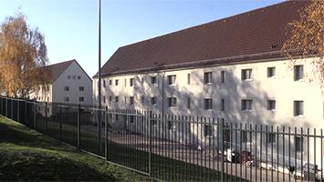 Florian aus dem Stuttgarter Jugendrat möchte die leerstehenden Gebäude auf dem Gelände der Robinson Barracks zu Flüchtlingsunterkünften machen. Foto: Goes/STUGGI.TV