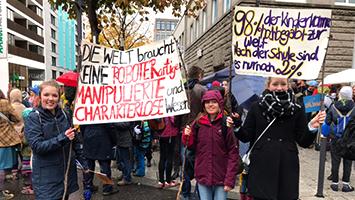 Diese Schülern fordern auf einer Demo in Stuttgart: Die Neugestaltung der Schule. (Foto: STUGGI.TV/Schönberger)