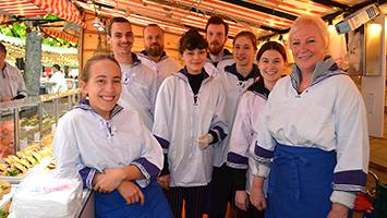In der dritten Folge von Sirkas Welt machen wir einen Ausflug in die holländische Tradition: Sirka muss einen Tag auf dem Hamburger Fischmarkt aushelfen. (Foto: STUGGI.TV)