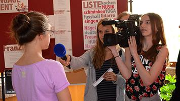 """""""Fehlen euch manchmal die Jungs?"""", die Schultour fand am Mädchengymnasium St. Agnes statt. Foto: STUGGI.TV"""