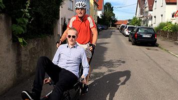 Tour de Stuttgart im Liegen: Tom Hörner löst seine Wettschulden ein. Fotos: Decksmann
