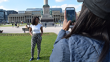 Am Schlossplatz fotografieren sich Touristen in Stuttgart gerne gegenseitig. (Foto: STUGGI.TV/Nöbauer)