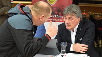 Ausgliederung? Bernd Wahler stellt sich den Fragen der VfB-Mitglieder. Foto: Goes/STUGGI.TV