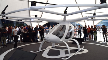 """Direkt vor dem Mercedes-Benz-Museum ist gestern das Flugtaxi des Unternehmens """"Volocopter"""" in die Luft gestiegen. Wir waren mit der Videokamera dabei. (Foto: STUGGI.TV)"""