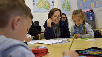 Gemeinsam mit Bildungspaten lernen die Schaustellerkinder in der Wasenschule beim Cannstatter Frühlingsfest. Foto: STUGGI.TV/Goes
