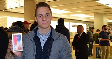 Der erste Käufer des iPhone X in Sindelfingen freut sich. (Foto: STUGGI.TV/GOES)